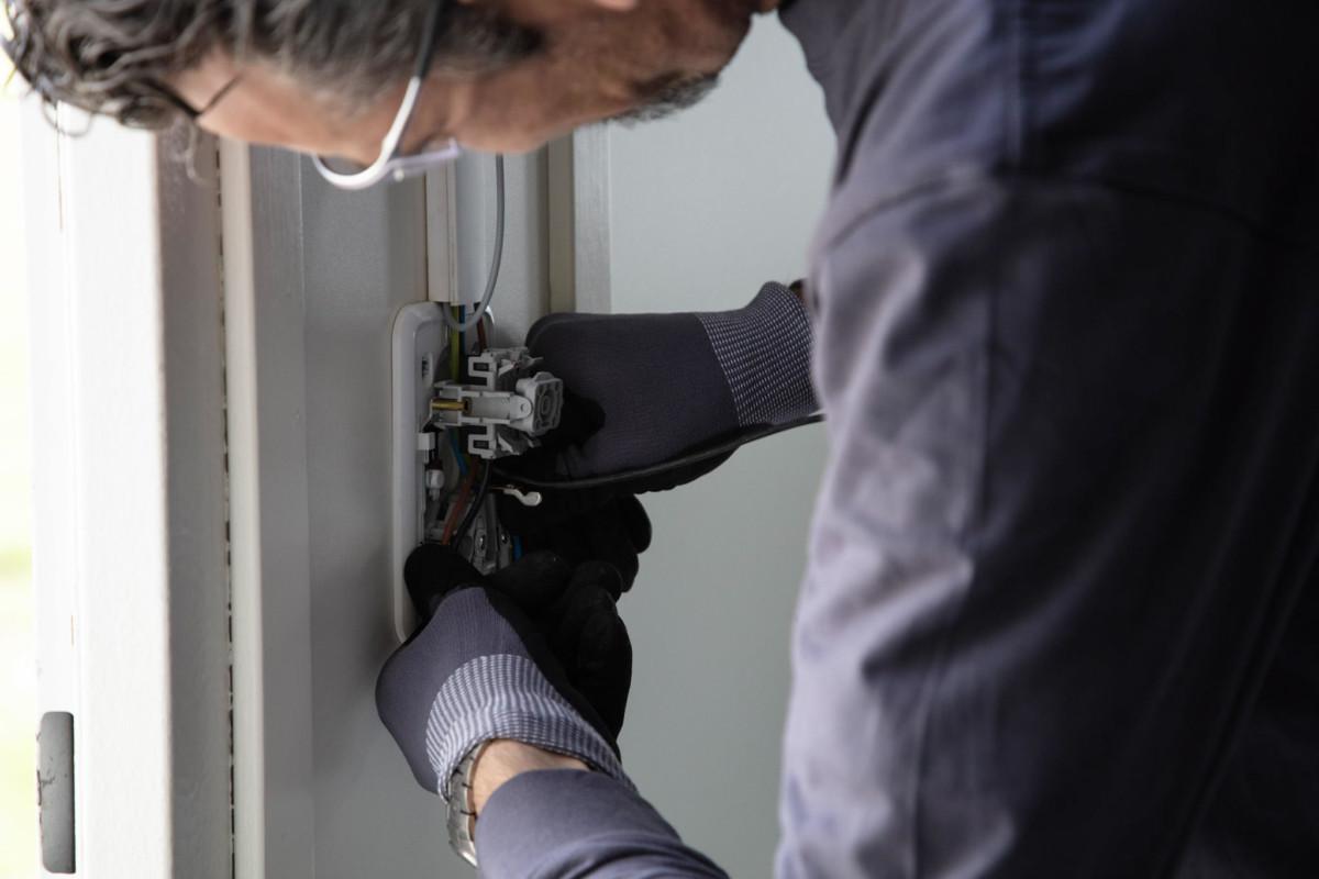Elektricien Dordrecht afmonteren van wandcontactdoos