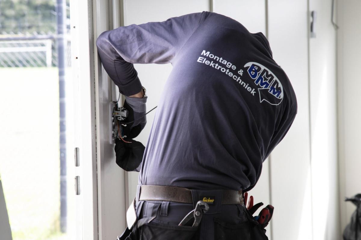 installatiebedrijf Dordrecht bezig met een elektra klus
